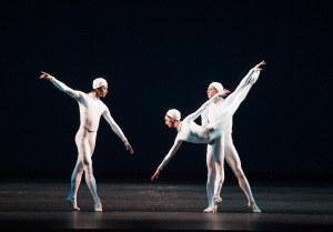 Monotones (MM. Kish et Hirano; Mlle Nunez); photo Tristram Kenton, courtesy of ROH