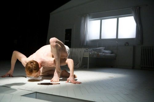 Edward Watson dans Metamorphosis. Photo Tristram Kenton, courtesy of ROH