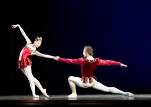 Pas de deux de Rubis (Balanchine) M. Sosnovschi ici avec Maria Yakovleva. Photographie Michael Pöhn (Courtesy les Etés de la Danse)