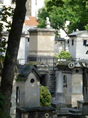 Les promontoires du cimetière Montmartre. Au loin, la tombe des Halévy avec le buste du compositeur Fromental