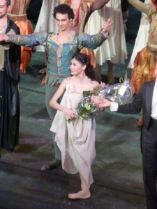 Aliya Tanykpayeva et Kekalo Jurij (Tybalt) au second plan.