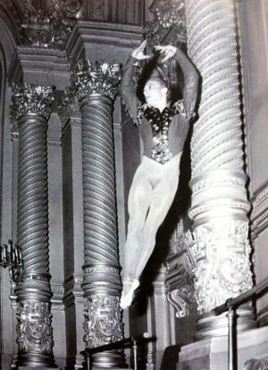 Sasha Kalioujni exécutant un saut dans le costume rubis du Palais de Cristal. Foyer de la Danse, 1947.