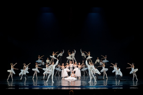 Suite en Blanc : Ballet de l'Opéra de Bordeaux. Photographie Sigrid Colomyès. Courtesy of Opéra National de Bordeaux