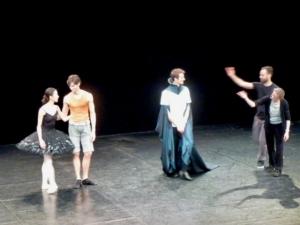 Rencontr Le Lac des cygne. Trois danseurs, une répétitrice, une cape et un directeur de la danse encombrants...