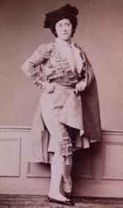 Louise Marquet, danseuse de l'Opéra pendant le second empire. Un travesti dans le genre du pas des manteaux de Paquita.