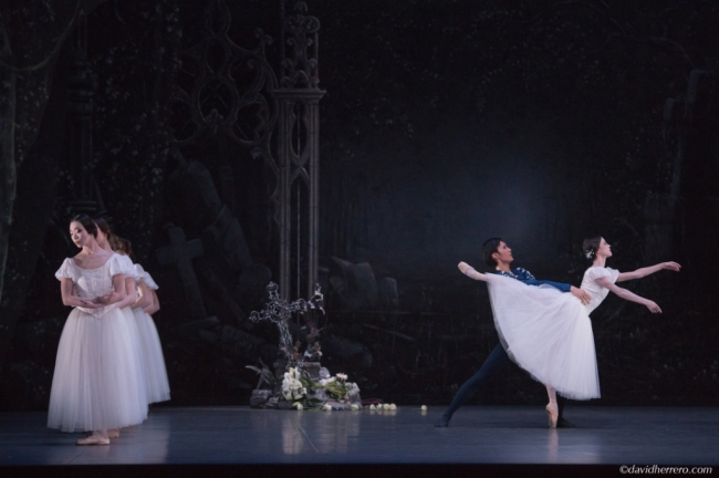 Giselle, acte 2 Maria Gutierrez (Giselle) et Takafumi Watanabe (Albrecht) crédit David Herrero