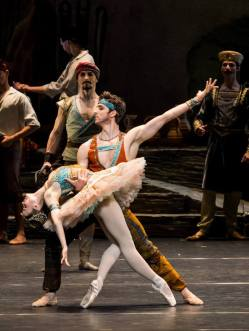 Francesco Costa (Lanquedem), Nina Tonoli (Gulnare), Copyright: Wiener Staatsballett/Ashley Taylor
