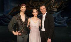 Kiyoka Hashimoto (Médora), Masayu Kimoto (Birbanto) et Manuel Legris. Copyright: Wiener Staatsballett/Ashley Taylor