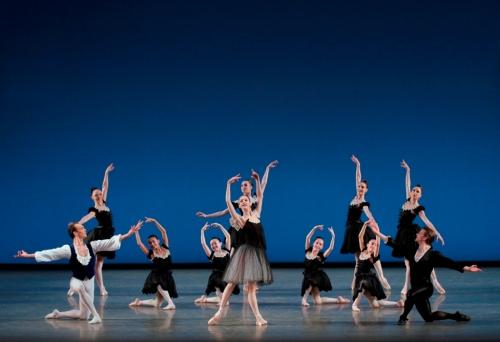 """Mozartiana"". Ici avec Tyler Angle, Maria Kowroski et Daniel Ulbricht. Photo © Paul Kolnik. Courtesy of Les Etés de la Danse"
