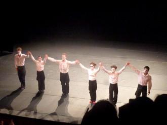 Saluts d'une compagnie de 6 formidables danseurs...
