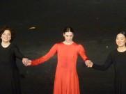 Marie Agnès Gillot (Eurydice) et la Soprano Yun Jung Choi (à droite)
